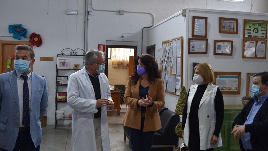 La consejera de Igualdad visita en Cabra los talleres y la residencia para mayores de la Fundación Promi