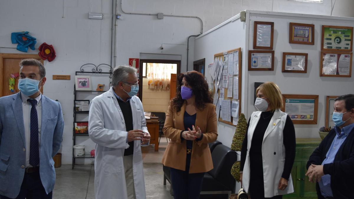 La consejera de Igualdad, Políticas Sociales y Conciliación, Rocío Ruiz, durante su visita a la Fundación Promi en Cabra.