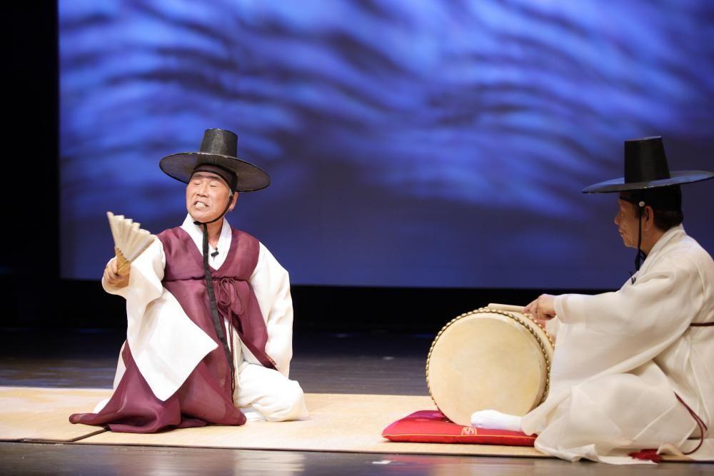 Corea del Sur - Los cantos épicos Pansori, una forma de arte dramático musical interpretado por un cantante y un tambor.