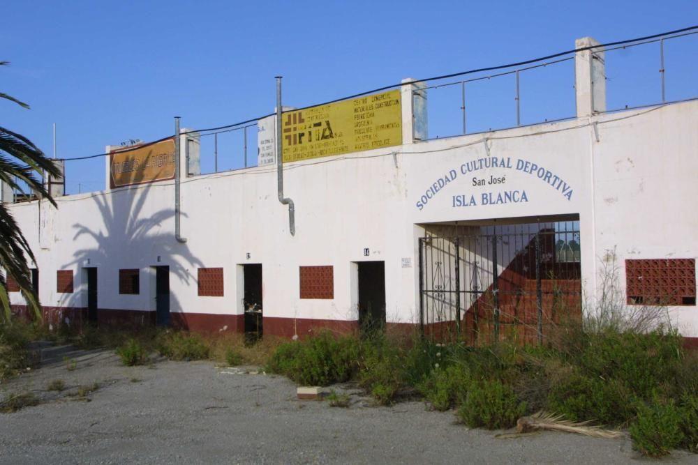 El edificio abandonado de ses Salines donde se acumulan vertidos de escombros y residuos.