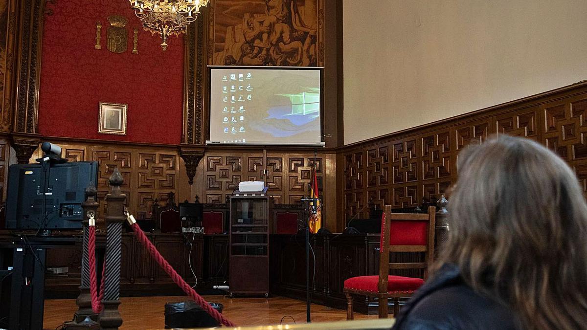 Sala de la Audiencia dotada con dispositivos para retransmitir juicios con señal informática.
