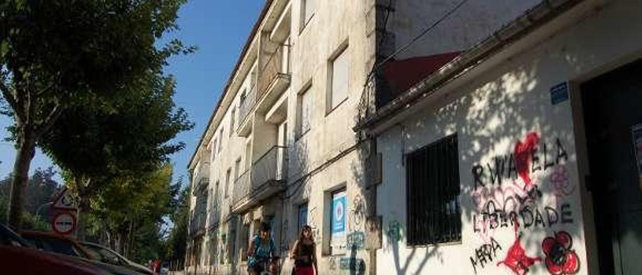 Las casas de maestros de la Avenida de Mendiño, en estado de ruinas desde hace años. // FdV