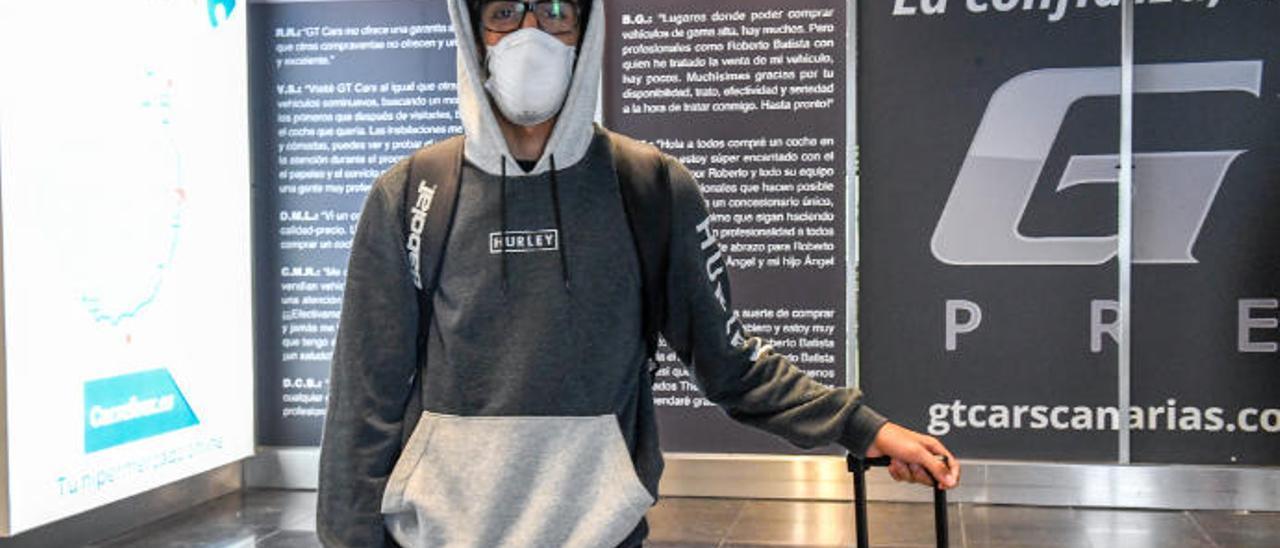 Aythami Pérez Vega, ayer, a su llegada al aeropuerto de Gran Canaria.