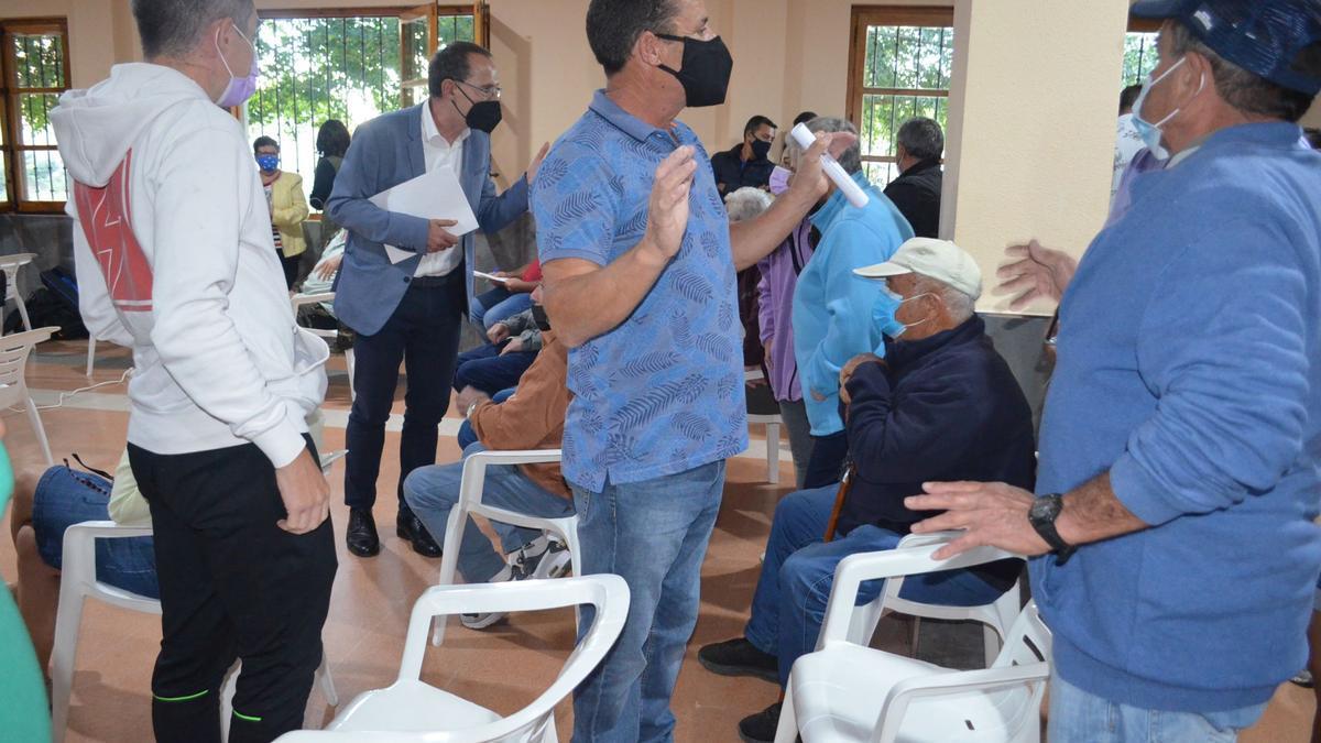 El alcalde de Santa Croya, en el medio, y el subdelegado de Gobierno (a su izquierda) pidiendo a los vecinos que mantuvieran la calma mientras los técnicos explicaban el proyecto. / E. P.