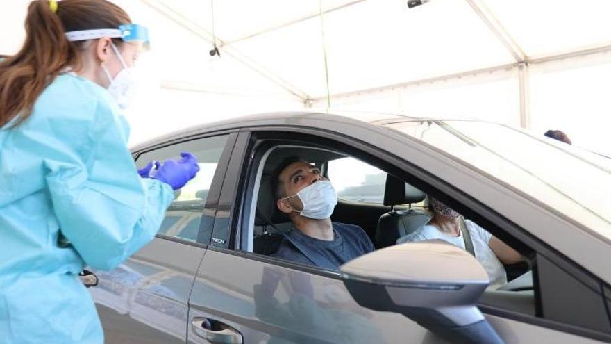 Una sanitaria toma una muestra para un cribado en Vigo.