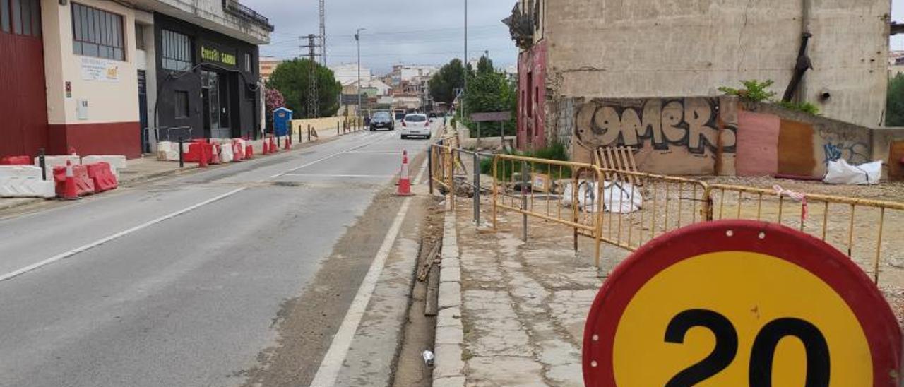 El Pont Nou, ayer, que todavía estaba abierto, con la señalización previa  a las obras. | LEVANTE-EMV