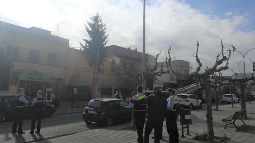 Un incendi al carrer Avinyonet de Figueres deixa un ferit amb un 20% del cos cremat