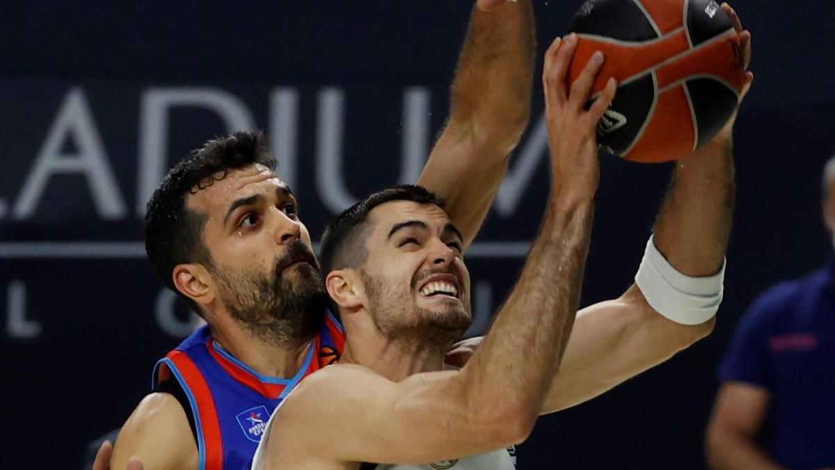 Abalde, ante Krunoslav Simon, en una acción del Madrid-Efes.