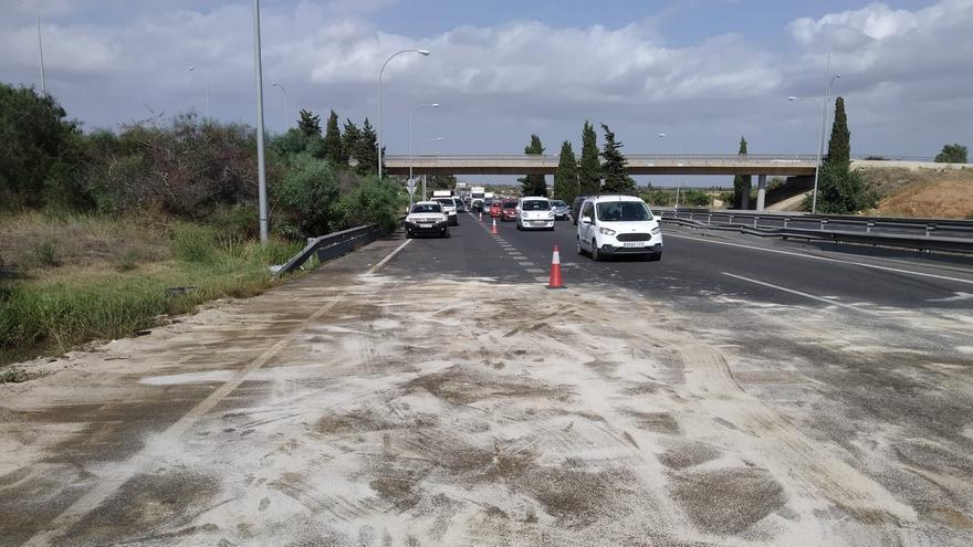 El vuelco de una furgoneta cargada de aceite causa grandes retenciones en la autopista de Inca