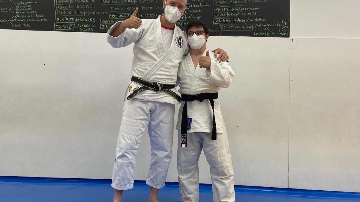 El profesor Jorge Palacios y el joven Jorge González celebran la obtención del cinturón negro.