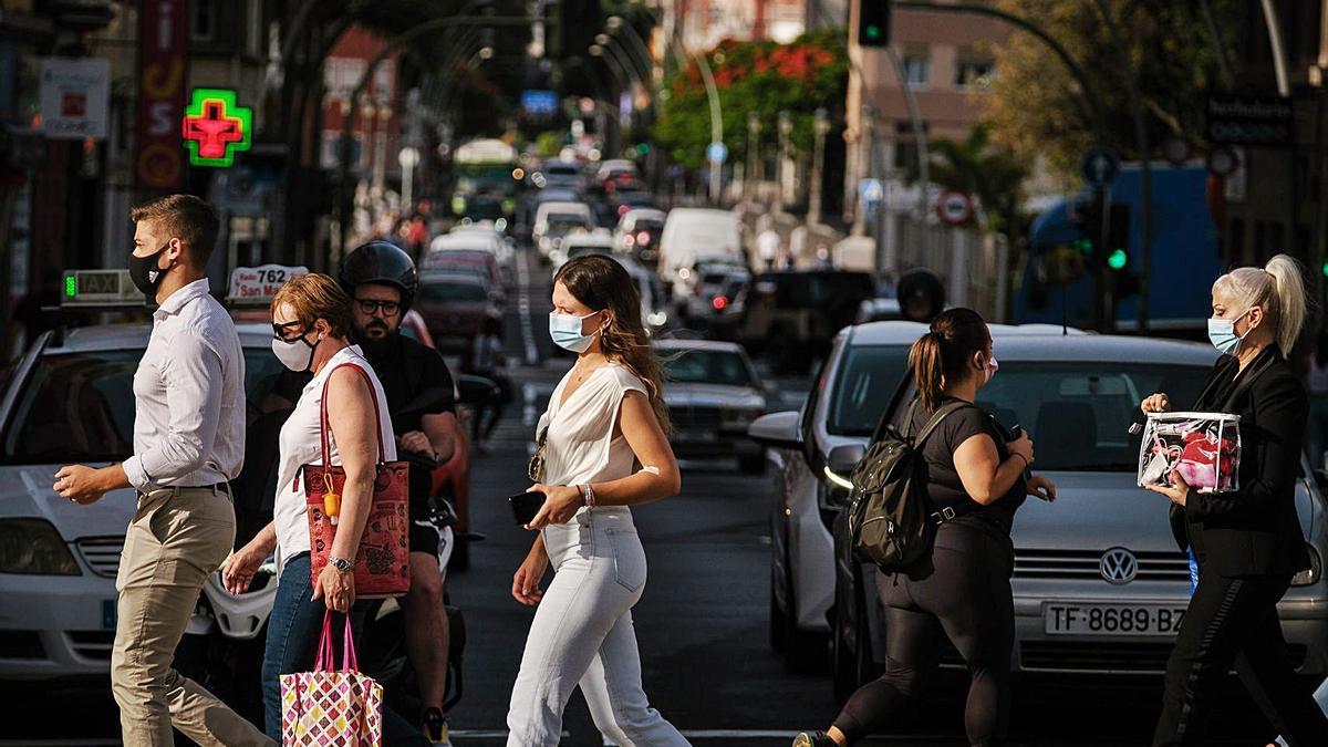 Gente con mascarilla en el centro de la capital tinerfeña.