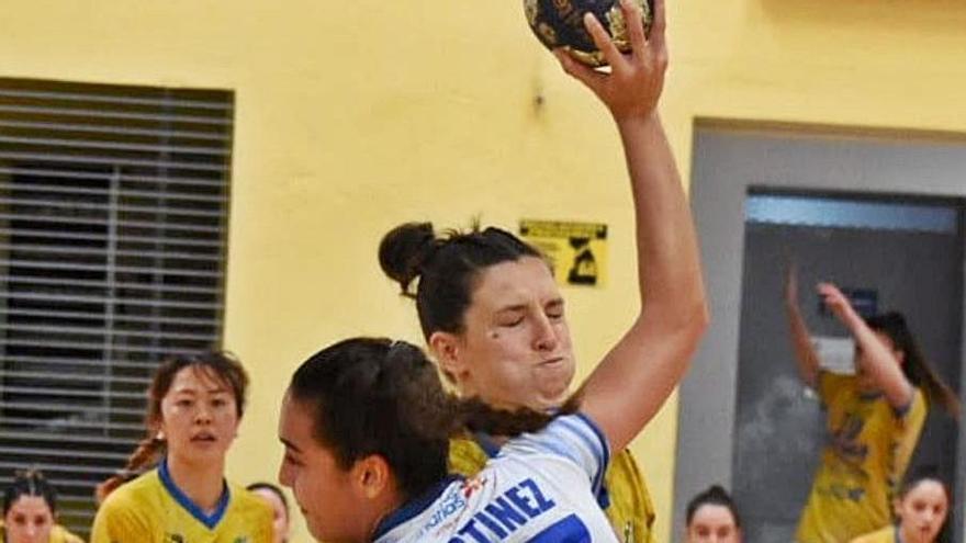 Elena Martínez trata de superar la defensa grancanaria.