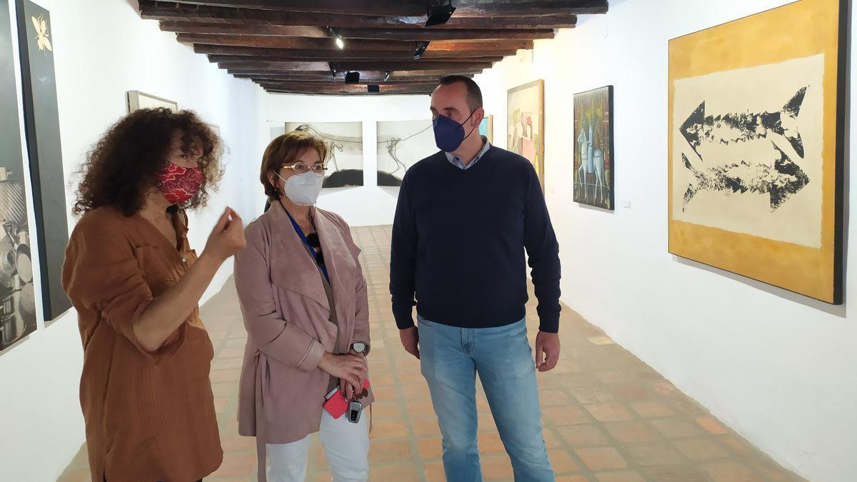 La directora general de Aerocas, Blanca Marín, ha visitado la muestra, acompañada por la directora del Macvac, Rosalía Torrent, y el alcalde de Vilafamés, Abel Ibáñez.