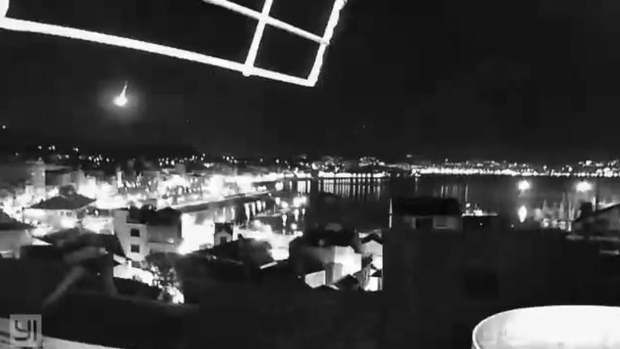 Una cámara fija en Cangas capta el misterioso resplandor que iluminó el cielo de Galicia