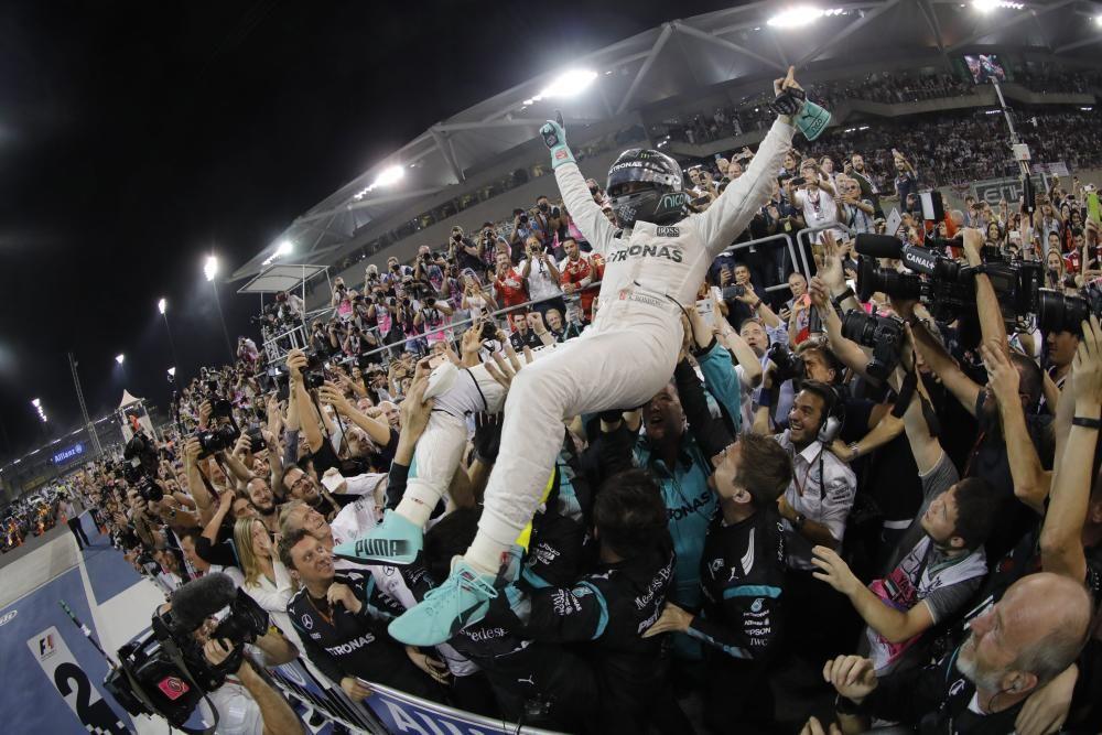 En la última carrera del año, a Rosberg le bastaba con el podio para asegurare el título. El alemán supo controlar las maniobras de Hamilton para hacerse con su primer título, celebrado con euforia en Mercedes, una escudería alemana.