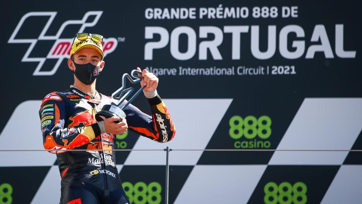 Pedro Acosta, en el podio de Portimao