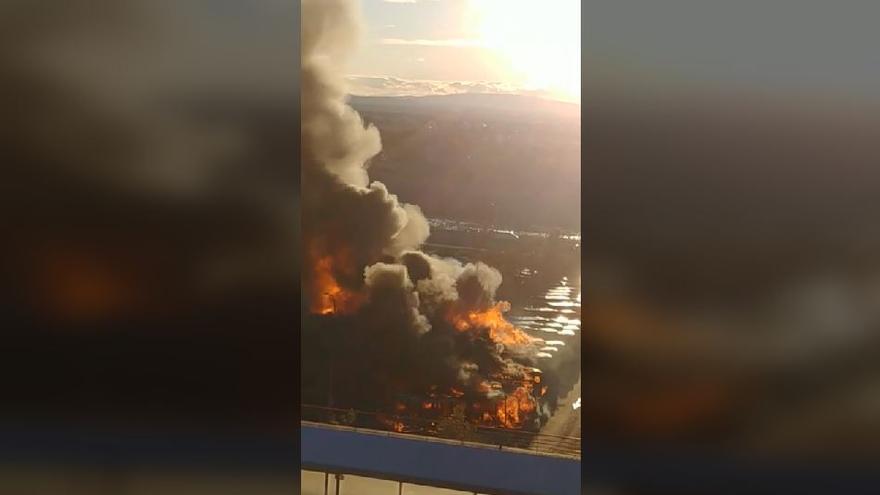 La virulencia de las llamas calcinan 16 autobuses de la EMT