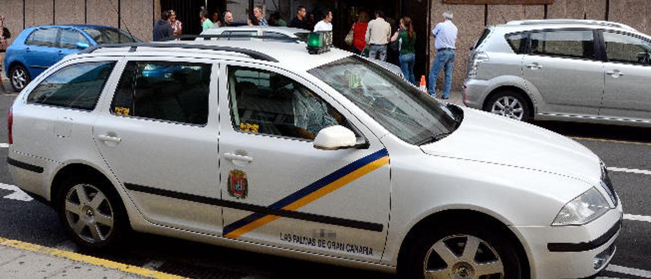 Parada de taxis en frente del edificio de Granadera Canaria.