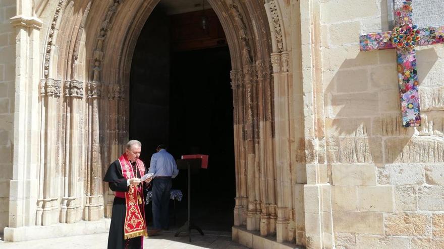 El Abad de la Colegiata bendice la cruz y pide el fin de la pandemia