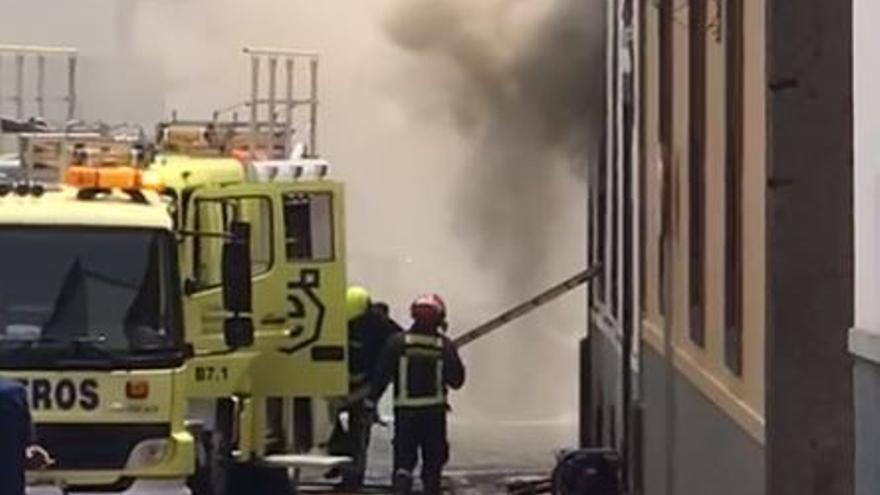 Bomberos de cuatro parques intervienen por las llamas en una casa antigua de Arucas
