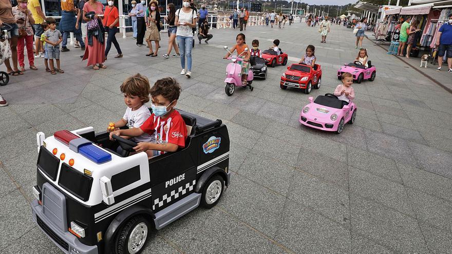 Pequeños acelerones por el Muro: la moda de los coches de alquiler para niños llena el paseo