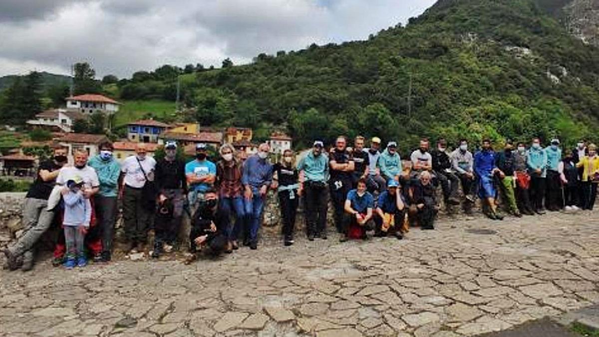 Vecinos y equipo que acompaña a Miguel Ángel Roldán en su aventura, ayer, en Carreña. A la derecha, Roldán, con el alcalde de Cabrales, José Sánchez.