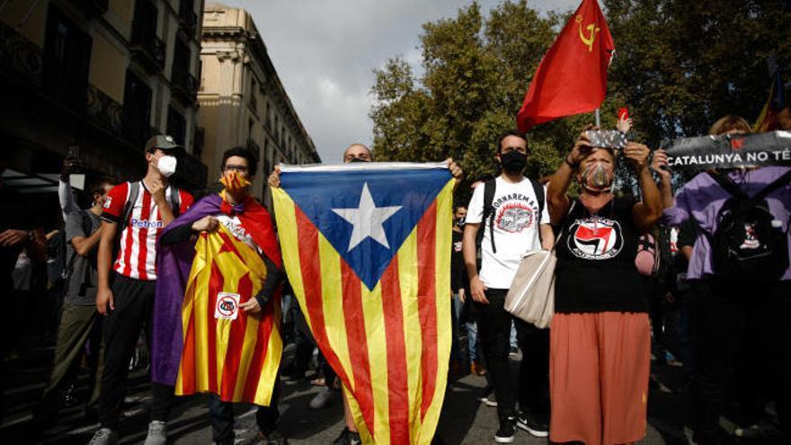 Grupos independentistas queman fotos del Rey