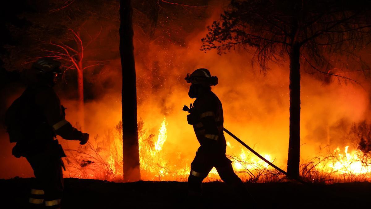 Bomberos en una imagen de archivo luchando contra el fuego.