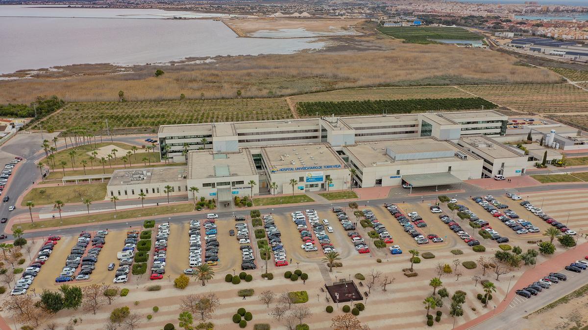 Panorámica del Hospital Universitario de Torrevieja gestionado por Ribera junto a once centros de salud en la Vega Baja