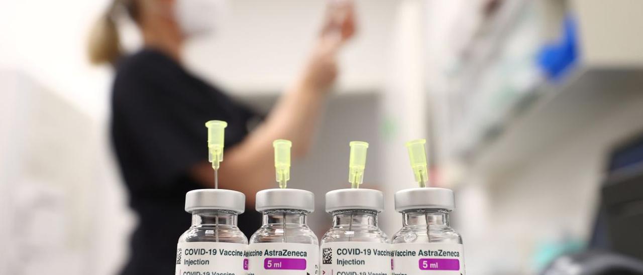 Una mujer prepara manipula vacunas de AstraZeneca. | REUTERS
