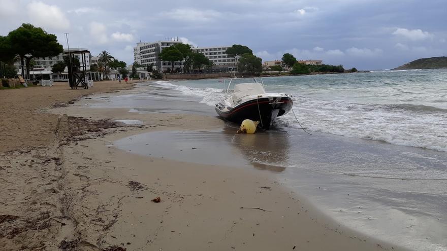 Una lancha queda embarrancada en Ibiza por el temporal