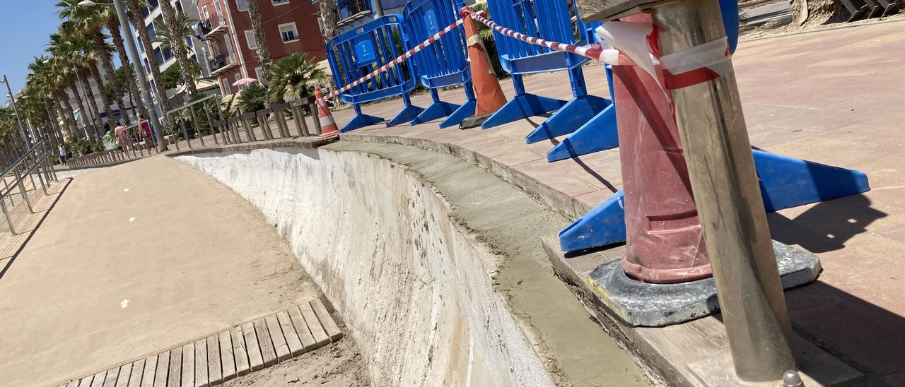 El Ayuntamiento de La Vila ha iniciado la sustitución y reparación de las maderas con desperfectos.