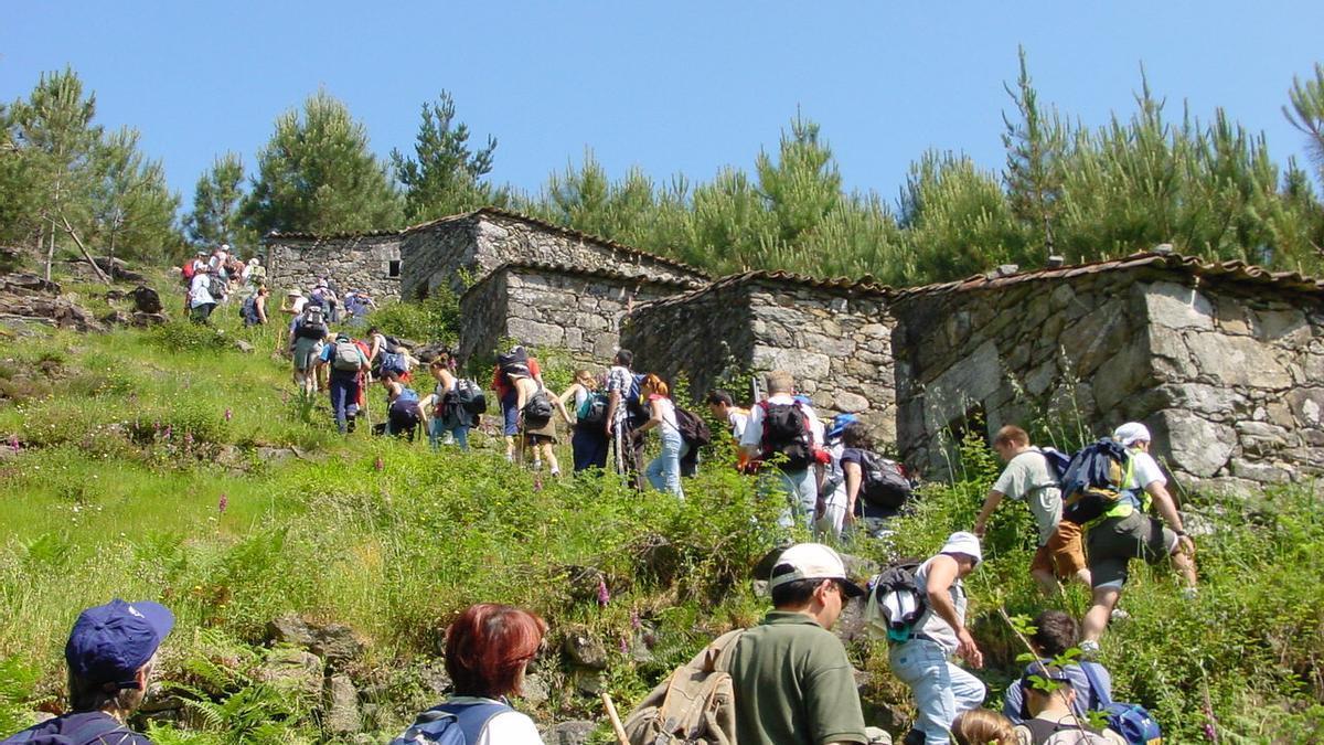 Un grupo de personas realiza una excursión.