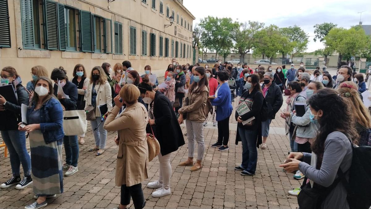 Opositores en Zamora esta mañana de sábado.