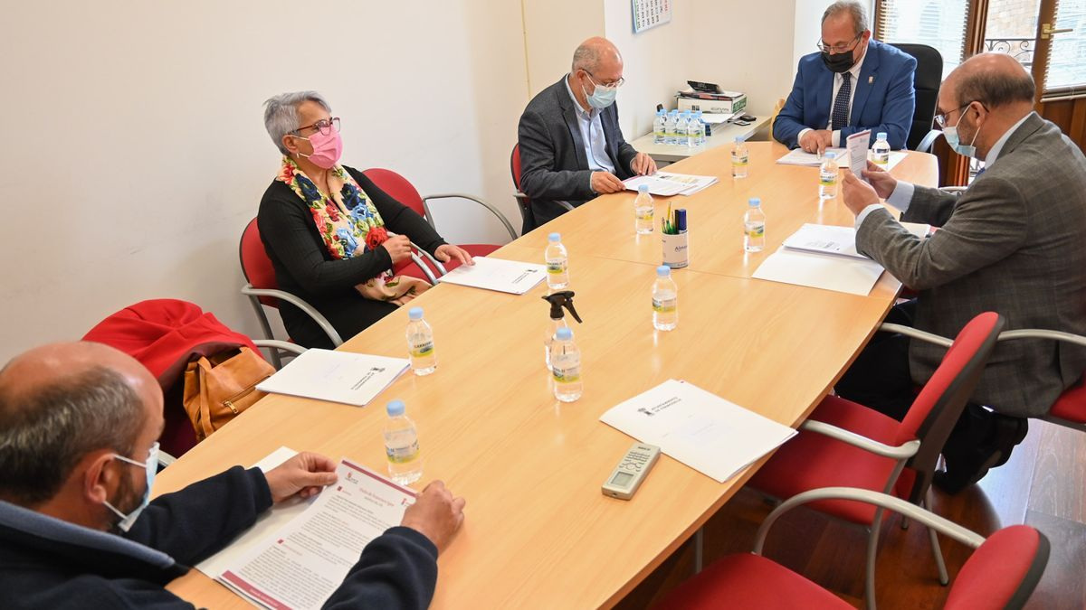 Mesa de trabajo en Fermoselle, con la participación de Francisco Igea.