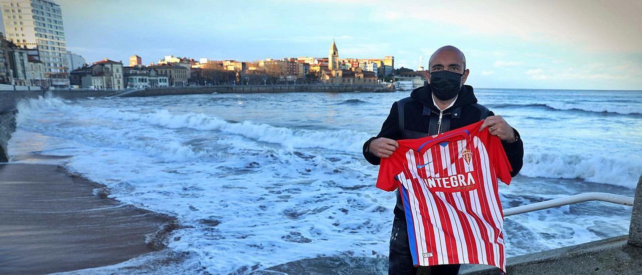 Abelardo posa con la camiseta del Sporting en La Escalerona.   Juan Plaza