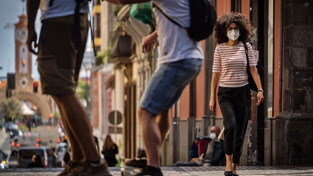 Gente con mascarilla en el centro de Santa Cruz de Tenerife.