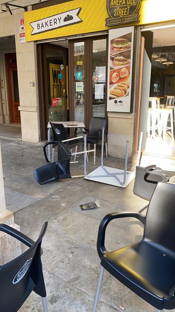 Luna rota y mobiliario destrozado: así dejó el detenido esta arepería de Rosalía de Castro