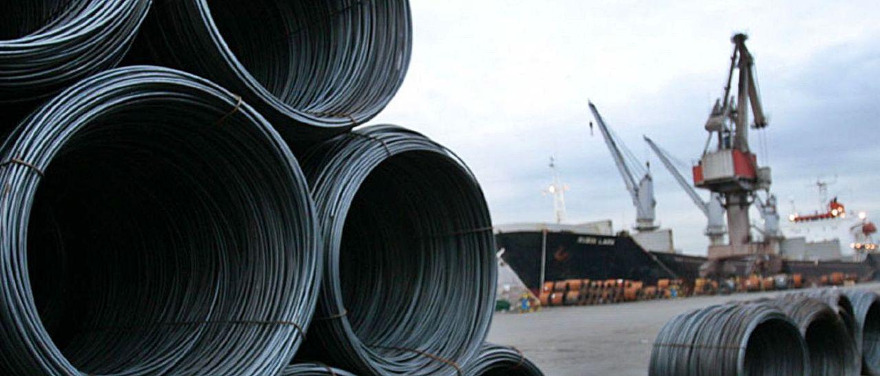 Alambrón de ArcelorMittal listo para ser embarcado en el puerto de Avilés