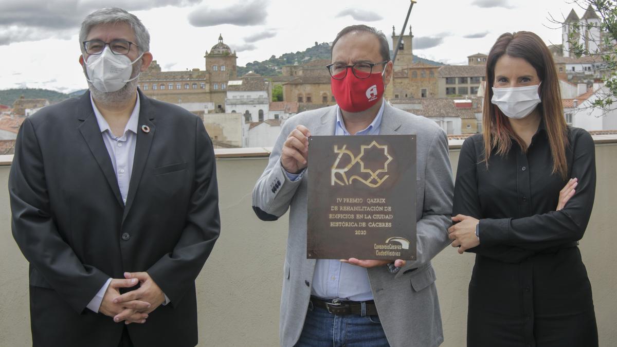 Alfonso Abreu (en el centro), ayer cuando recibió el premio por la rehabilitación llevada a cabo en el edificio.