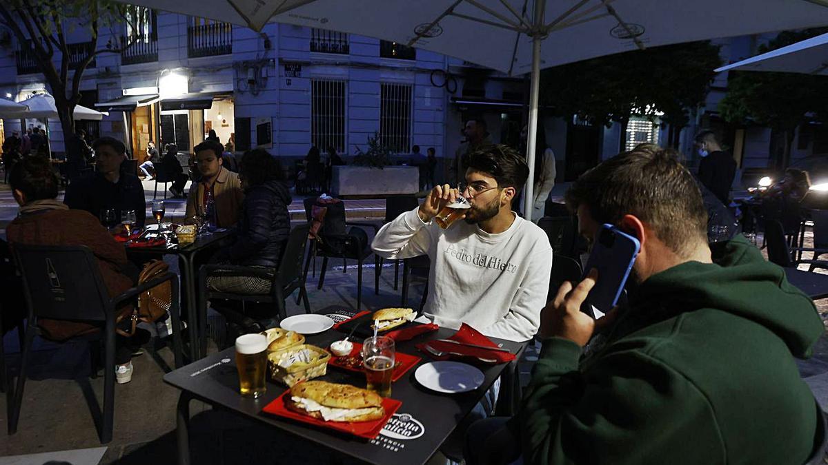 Los bares de la Comunitat Valenciana podrán alargar el cierre hasta las 00.30 horas.   GERMÁN CABALLERO