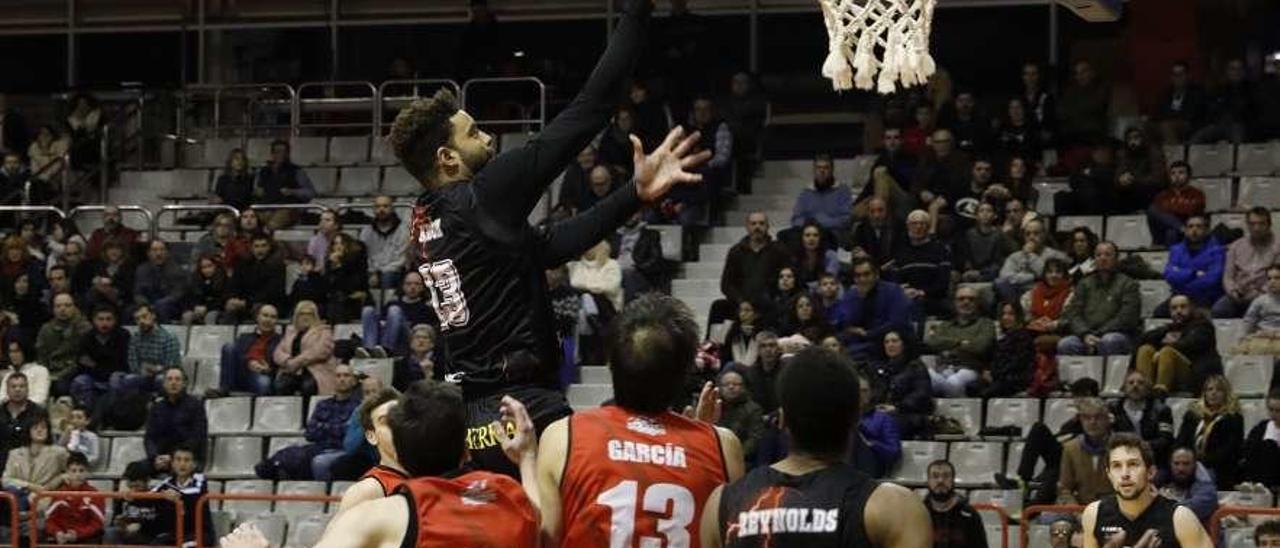El jugador del Círculo Gregorio Adón entra a canasta ante la oposición de la defensa de Navarra.