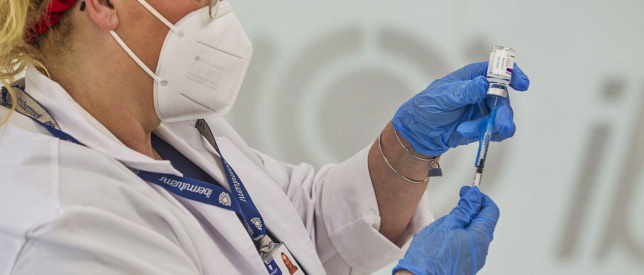 Una enfermera prepara una dosis de la vacuna de AstraZeneca.   ALEX DOMÍNGUEZ