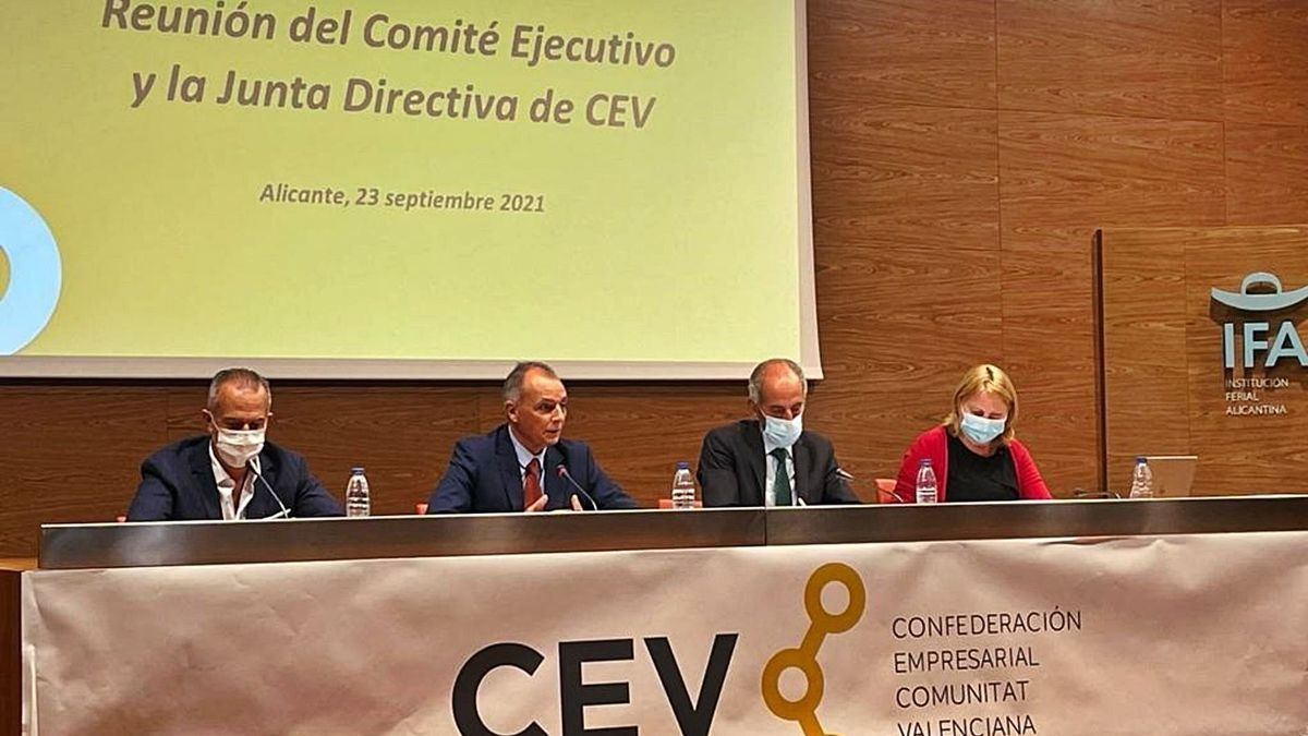 The CEV dome, at the meeting this Thursday, with Perfecto Palacio on the left and Salvador Navarro at his side.  |  ANTONIO AMORÓS