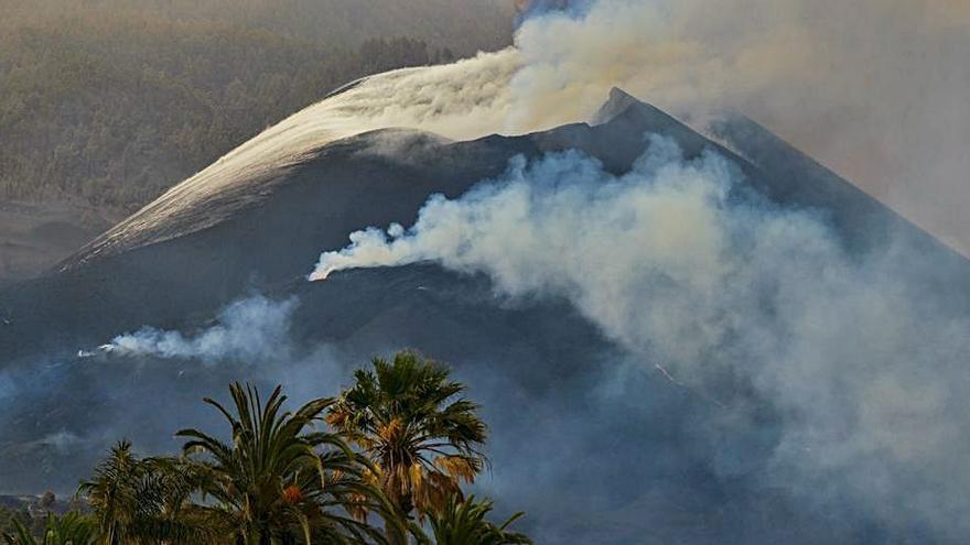 El president de La Gomera suggereix bombardejar el volcà per encarrilar les colades de La Palma