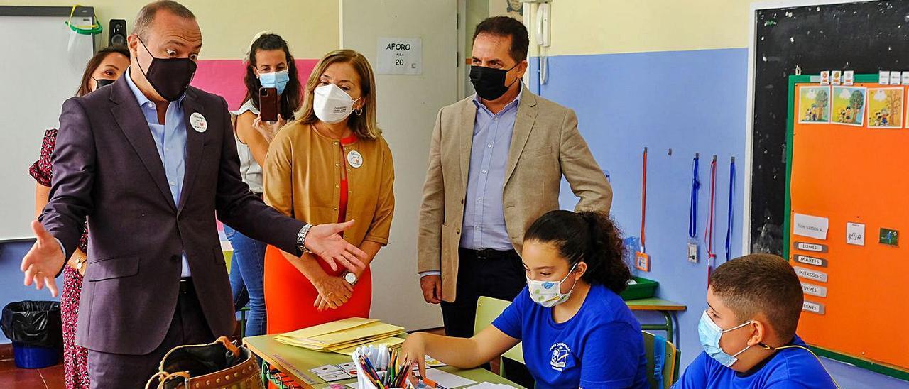 Augusto Hidalgo y Lourdes Armas, ayer, con escolares y profesores del Adán del Castillo. |