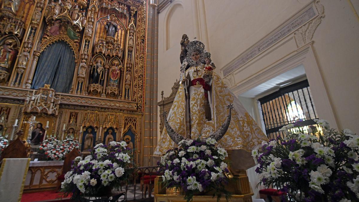Durante todo el día de hoy, la Virgen de la Fuensanta estará expuesta en el presbiterio de la Catedral para que pueda ser venerada por los murcianos.