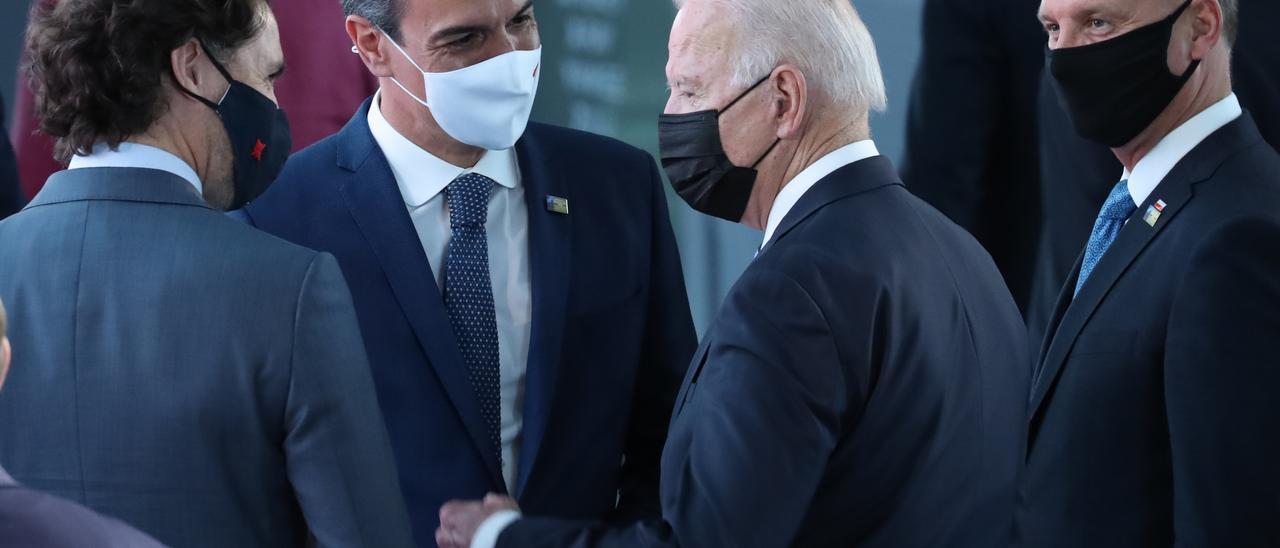 Biden y Sánchez conversan menos de un minuto en un pasillo en la cumbre de la OTAN, en Bruselas.