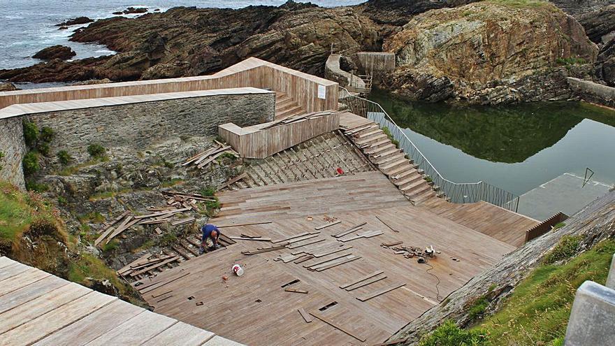 Tapia invierte 13.000 euros en la puesta a punto de la madera de la piscina salada