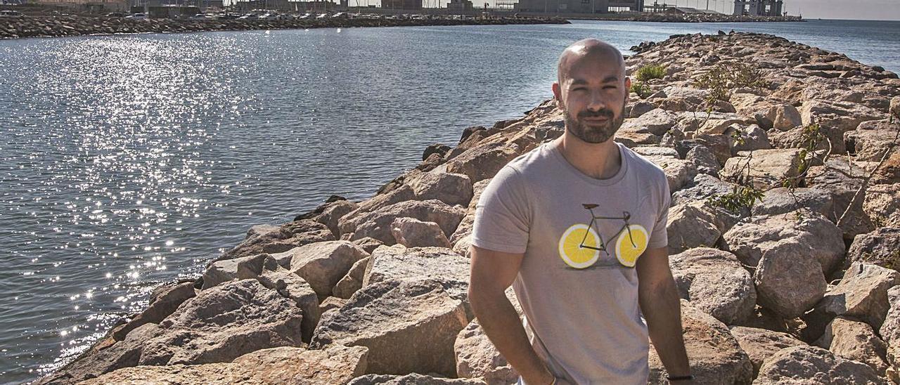 El portavoz de Unidas Podemos, Xavier López, en la desembocadura del Barranco de las Ovejas. | PILAR CORTÉS